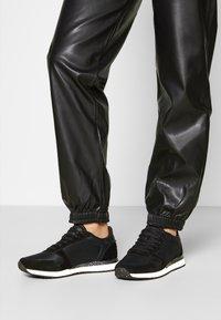Woden - YDUN FIFTY - Sneakersy niskie - black - 0