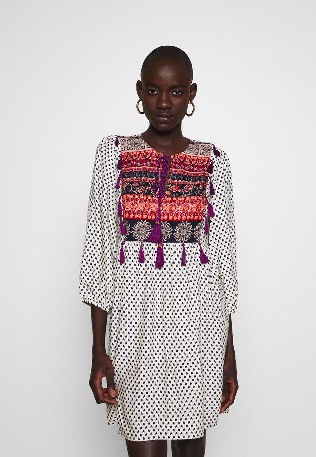 YASESTHER 3/4 FEST - Denní šaty - sandshell