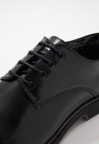 Society - CHARLIE 4 EYE DERBY - Šněrovací boty - black polido - 6
