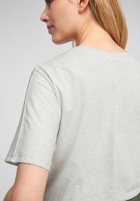 Q/S designed by - MIT V AUSSCHNITT - Basic T-shirt - white melange - 5