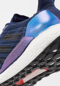 adidas Performance - SOLAR BOOST 19 - Zapatillas de running neutras - tech indigo/dash grey/solar red - 5