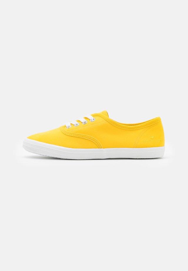Matalavartiset tennarit - yellow