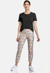 Gerry Weber - Slim fit jeans - rot/orange/blau druck - 1
