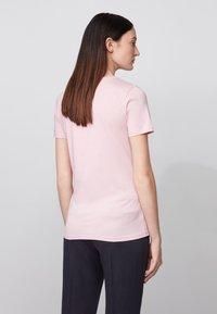 BOSS - TEMELLOW - Print T-shirt - light purple - 2