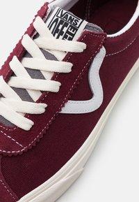Vans - SPORT UNISEX - Sneaker low - port royale/marshmallow - 5