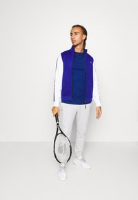 Lacoste Sport - TENNIS - Camiseta estampada - cosmic/navy blue - 1