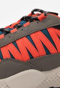 Timberland - RIPCORD SNEAKER LOW - Sneakers basse - rust/blue - 5