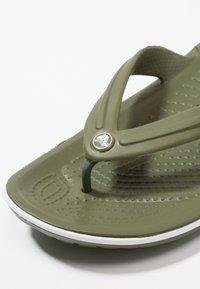 Crocs - CROCBAND FLIP UNISEX - Infradito da bagno - army green/white - 5