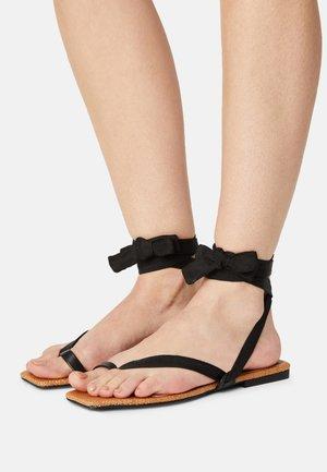BROOKE - Sandály s odděleným palcem - black