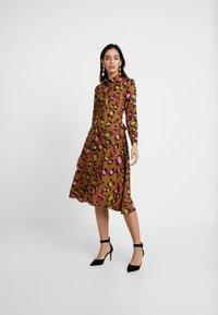 Closet - CLOSET SWING DRESS - Shirt dress - gold - 2