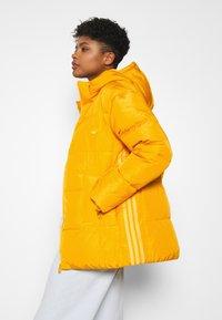 adidas Originals - WINTER REGULAR JACKET - Dunjakke - active gold - 4