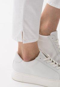BRAX - STYLE CARO  - Slim fit jeans - white - 4