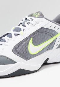 Nike Sportswear - AIR MONARCH IV - Sneakersy niskie - white/white /cool grey - 5