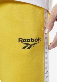 Reebok Classic - CLASSICS VECTOR JOGGER PANTS - Tracksuit bottoms - toxic yellow - 3