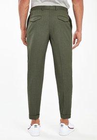 Next - KHAKI FASHION PLEAT FIT TWIN PLEAT FORMAL TROUSERS - Trousers - green - 1