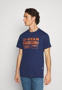G-Star - WAVY LOGO ORIGINALS ROUND SHORT SLEEVE - Print T-shirt - compact peach/imperial blue - 0