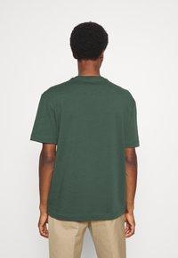 Selected Homme - SLHLOOSEGILMAN O NECK TEE - Basic T-shirt - sycamore - 2