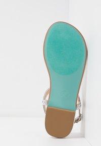 Blue by Betsey Johnson - Sandaler m/ tåsplit - silver - 6