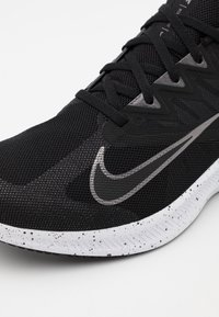 Nike Performance - QUEST 3 PRM - Neutrale løbesko - black/metallic dark grey/smoke grey/white - 5