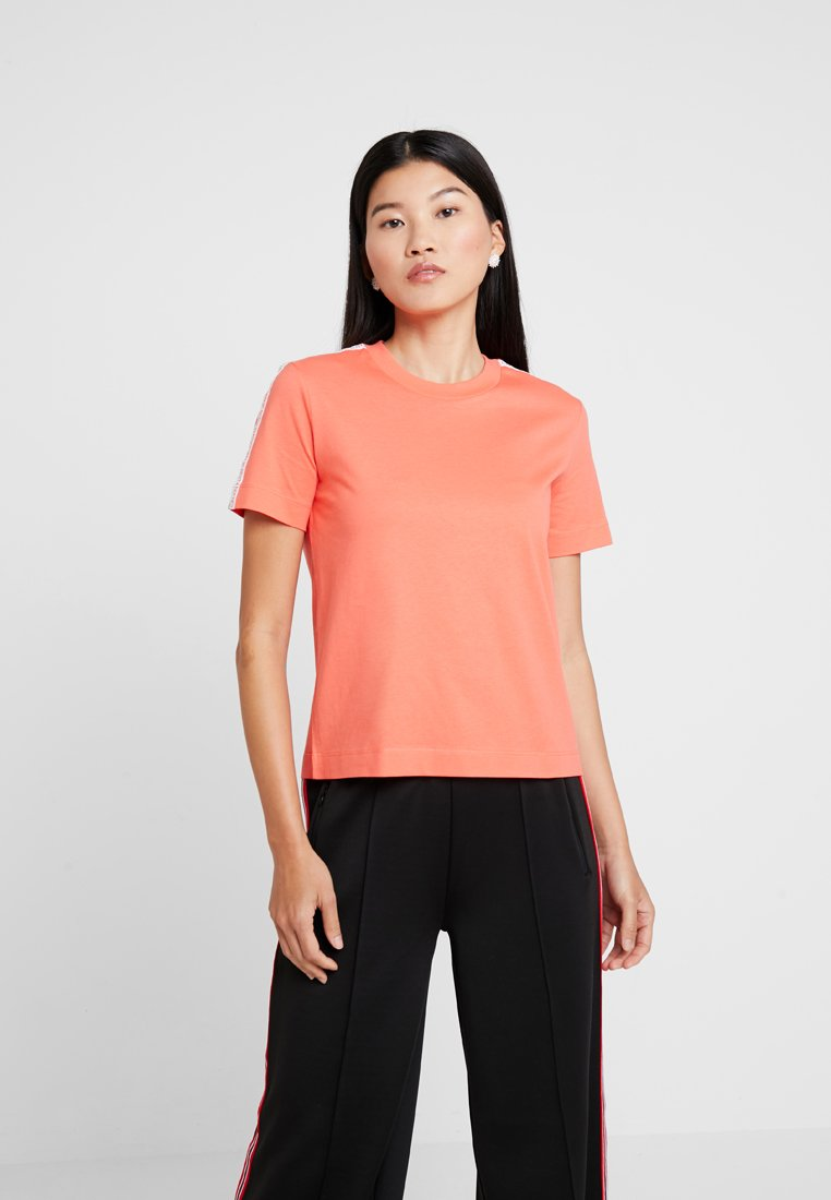 Calvin Klein Jeans - TAPE LOGO STRAIGHT TEE - Basic T-shirt - hot coral