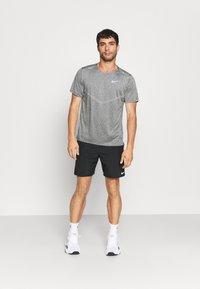 Nike Performance - RISE - T-shirts print - smoke grey/heather/reflective silver - 1