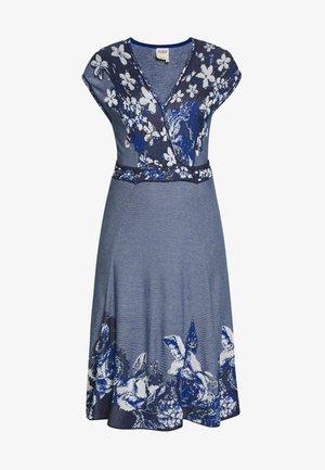 DRESS INTARSIA PATTERN - Pletené šaty - china blue