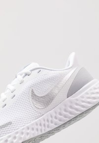 Nike Performance - REVOLUTION 5 - Juoksukenkä/neutraalit - white/wolf grey/pure platinum - 5