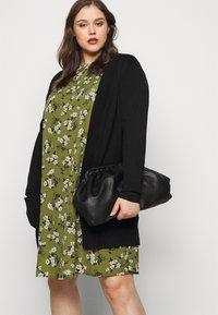 New Look Curves - AMELIE FLORAL SMOCK - Denní šaty - green - 3