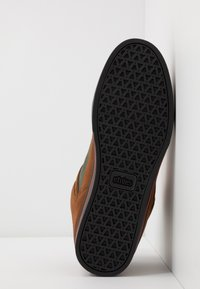 Etnies - AGRON - Skate shoes - brown/black - 4