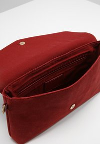 KIOMI - LEATHER - Clutch - cherry - 4