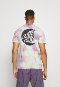 Santa Cruz - MOON DOT MONO UNISEX - T-shirt imprimé - lilac - 2