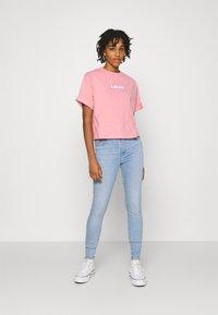 Levi's® - SHORT SLEEVE MOCKNECK - T-shirt con stampa - peony - 1