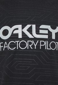 Oakley - PIPELINE TRAIL TEE - Print T-shirt - blackout - 2
