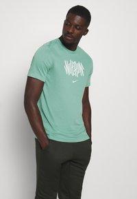 Nike Performance - DRY TEE WILD RUN - T-Shirt print - healing jade - 0