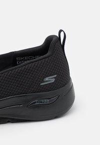 Skechers Performance - GO WALK ARCH FIT - Sportieve wandelschoenen - black - 5
