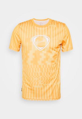 DRY - Camiseta estampada - saturn gold/pollen/white