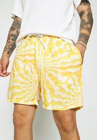 Vintage Supply - WITH RETRO SUN RAYS PRINT UNISEX - Shorts - yellow - 5