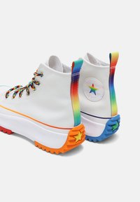 Converse - RUN STAR HIKE FIND YOUR PRIDE HIGH TOP UNISEX - Zapatillas altas - white/multi - 6