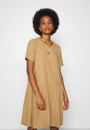 NMJOSE LOOSE DRESS - Jumper dress - tigers eye