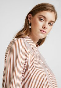 Rich & Royal - STRIPED BLOUSE - Skjortebluser - ginger brown - 4