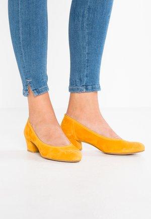 Pumps - saffron