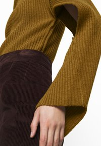 Victoria Beckham - CURVED HEM JUMPER - Sweter - ochre - 4
