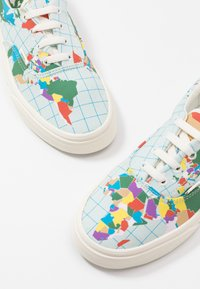 Vans - ERA - SAVE OUR PLANET - Sneakersy niskie - classic white/multicolor - 5