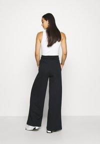 Nike Sportswear - FLC TREND HR - Joggebukse - black/white - 2