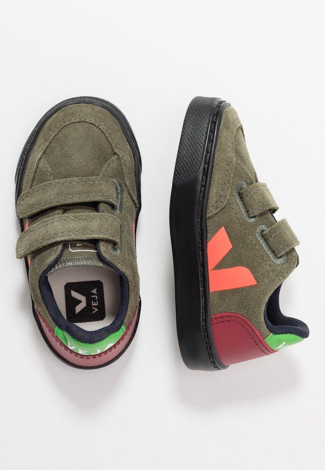 V-12 - Trainers - olive/black