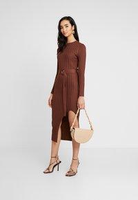 Missguided - BELTED MIDAXI FRONT SPLIT DRESS - Vestido de punto - chocolate - 2