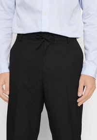 Isaac Dewhirst - LIGHTWEIGHT & DRAWCORD TROUSERS - Pantalon classique - black - 7