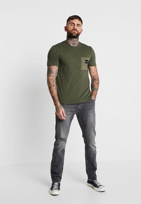 Calvin Klein CONTRAST POCKET - T-shirt z nadrukiem - green/ciemnozielony Odzież Męska DPFJ