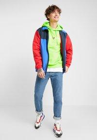 Tommy Jeans - NEON SMALL LOGO HOODIE - Felpa con cappuccio - green geco - 1
