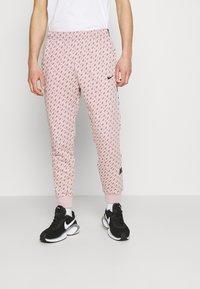 Nike Sportswear - REPEAT PRINT - Pantalones deportivos - champagne/smokey mauve/black - 0